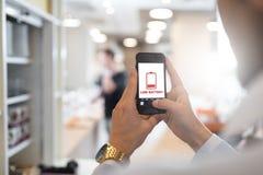 Επιχειρηματίας που κρατά το κινητό τηλέφωνο Στοκ φωτογραφία με δικαίωμα ελεύθερης χρήσης