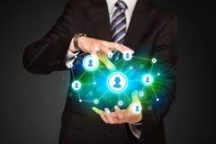 Επιχειρηματίας που κρατά το κοινωνικό δίκτυο μέσων Στοκ εικόνα με δικαίωμα ελεύθερης χρήσης