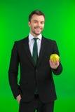 Επιχειρηματίας που κρατά το πράσινο μήλο στο χέρι του Στοκ Εικόνα