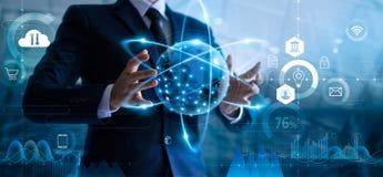 Επιχειρηματίας που κρατά το σφαιρικό δίκτυο δεδομένων και που αναλύει τα στοιχεία πωλήσεων και την οικονομική ανάπτυξη στοκ εικόνες