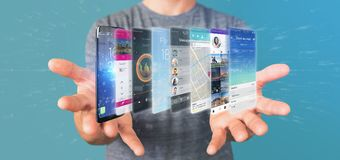 Επιχειρηματίας που κρατά το τρισδιάστατο πρότυπο απόδοσης app σε ένα smartphone Στοκ Εικόνα