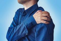 Επιχειρηματίας που κρατά το χέρι του στην πονώντας πλάτη του Στοκ Εικόνες