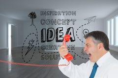 Επιχειρηματίας που κραυγάζει άμεσα στο μικροτηλέφωνο Στοκ Εικόνες