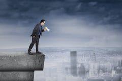 Επιχειρηματίας που κραυγάζει από τη στέγη Στοκ φωτογραφία με δικαίωμα ελεύθερης χρήσης