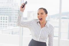 Επιχειρηματίας που κραυγάζει και που ρίχνει το κινητό τηλέφωνό της Στοκ φωτογραφία με δικαίωμα ελεύθερης χρήσης
