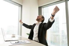 Επιχειρηματίας που κραυγάζει με την ευτυχία στην αρχή Στοκ Φωτογραφία