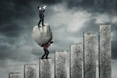 Επιχειρηματίας που κραυγάζει με megaphone επάνω από την πέτρα Στοκ φωτογραφία με δικαίωμα ελεύθερης χρήσης