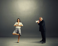 Επιχειρηματίας που κραυγάζει στην ήρεμη γυναίκα smiley Στοκ Φωτογραφία