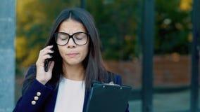 Επιχειρηματίας που κραυγάζει στο κινητό τηλέφωνο Κατοχή της νευρικής διακοπής στην εργασία, που κραυγάζει στο θυμό, διαχείριση πί απόθεμα βίντεο