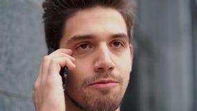 Επιχειρηματίας που κραυγάζει στο κινητό τηλέφωνο Κατοχή της νευρικής διακοπής στην εργασία, που κραυγάζει στο θυμό, διαχείριση πί φιλμ μικρού μήκους