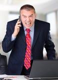 0 επιχειρηματίας που κραυγάζει στο κινητό τηλέφωνο Στοκ Φωτογραφίες