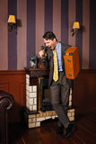 Επιχειρηματίας που κραυγάζει στο τηλέφωνο, που κρατά μια βαλίτσα Στοκ Εικόνες
