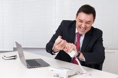 0 επιχειρηματίας που κραυγάζει στο τηλέφωνο Στοκ Φωτογραφία