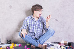 Επιχειρηματίας που κραυγάζει στο τηλέφωνο Στοκ εικόνα με δικαίωμα ελεύθερης χρήσης