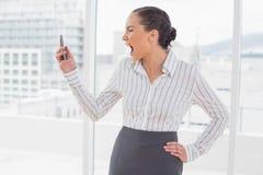 επιχειρηματίας που κραυγάζει στο τηλέφωνόη της Στοκ φωτογραφία με δικαίωμα ελεύθερης χρήσης