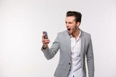 Επιχειρηματίας που κραυγάζει στο smartphone Στοκ εικόνα με δικαίωμα ελεύθερης χρήσης
