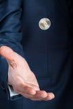 Επιχειρηματίας που κτυπά ένα νόμισμα Στοκ Φωτογραφίες