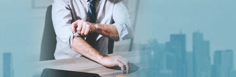 Επιχειρηματίας που κυλά επάνω τα μανίκια του o στοκ εικόνες με δικαίωμα ελεύθερης χρήσης