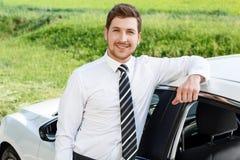 Επιχειρηματίας που κλίνει στη στέγη του αυτοκινήτου Στοκ φωτογραφία με δικαίωμα ελεύθερης χρήσης