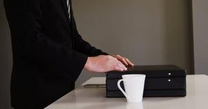 Επιχειρηματίας που κλείνει έναν χαρτοφύλακα απόθεμα βίντεο