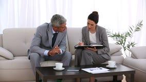 Επιχειρηματίας που κλείνει ένα ραντεβού με έναν συνάδελφο φιλμ μικρού μήκους