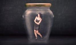 Επιχειρηματίας που κλείνει μέσα σε μια έννοια βάζων γυαλιού στοκ φωτογραφία με δικαίωμα ελεύθερης χρήσης