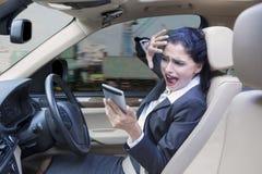 Επιχειρηματίας που κλείνει το πρόσωπό της στο αυτοκίνητο Στοκ Φωτογραφίες