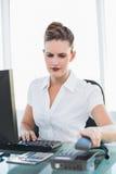 Επιχειρηματίας που κλείνει το τηλέφωνο το τηλέφωνο Στοκ εικόνα με δικαίωμα ελεύθερης χρήσης
