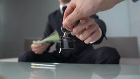 Επιχειρηματίας που λαμβάνει τα χρήματα για την ακίνητη περιουσία, το γραφείο για το μίσθωμα ή την πώληση, επένδυση απόθεμα βίντεο