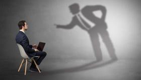 Επιχειρηματίας που μένει και που προσφέρει τις ουσίες σε ένα άτομο σκιών στοκ εικόνες με δικαίωμα ελεύθερης χρήσης