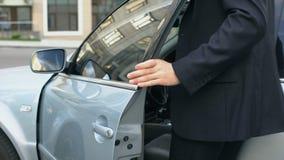 Επιχειρηματίας που μετατρέπει μακριά το συναγερμό αυτοκινήτων, που παίρνει σε αυτοκίνητο, σύστημα ασφάλειας, ασφάλεια απόθεμα βίντεο