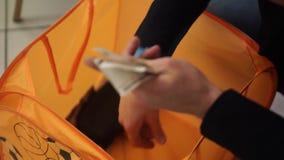 Επιχειρηματίας που μετρά τους λογαριασμούς ρουβλιών Russsians το άτομο μετρά τα χρήματα Το επιχειρησιακό άτομο μετρά την κινηματο φιλμ μικρού μήκους