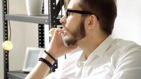 Επιχειρηματίας που μιλά από την τηλεφωνική λαβή υπό εξέταση κοντά επάνω φιλμ μικρού μήκους