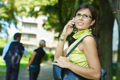 Επιχειρηματίας που μιλά κινητό σε υπαίθριο Στοκ Εικόνες