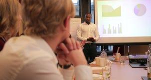Επιχειρηματίας που μιλά μέσω της παρουσίασής του απόθεμα βίντεο
