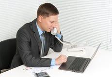 Επιχειρηματίας που μιλά σε ένα τηλέφωνο Στοκ Φωτογραφίες