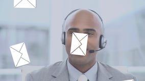 Επιχειρηματίας που μιλά σε μια κάσκα απόθεμα βίντεο