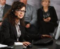 Επιχειρηματίας που μιλά στην κάσκα Στοκ Εικόνα