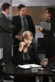 Επιχειρηματίας που μιλά στην κάσκα Στοκ εικόνα με δικαίωμα ελεύθερης χρήσης