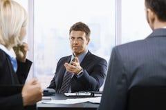 Επιχειρηματίας που μιλά στη συνεδρίαση Στοκ εικόνα με δικαίωμα ελεύθερης χρήσης