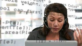 Επιχειρηματίας που μιλά στο κεφάλι της απόθεμα βίντεο