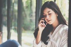 Επιχειρηματίας που μιλά στο κινητό τηλέφωνο στο γραφείο το νέο θηλυκό En Στοκ Εικόνα