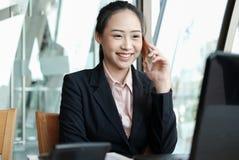 Επιχειρηματίας που μιλά στο κινητό τηλέφωνο στο γραφείο το νέο θηλυκό En Στοκ φωτογραφία με δικαίωμα ελεύθερης χρήσης
