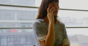 Επιχειρηματίας που μιλά στο κινητό τηλέφωνο σε ένα σύγχρονο γραφείο 4k φιλμ μικρού μήκους