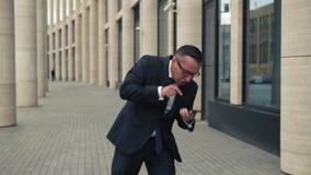 0 επιχειρηματίας που μιλά στο κινητό τηλέφωνο απόθεμα βίντεο