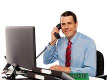 Επιχειρηματίας που μιλά στο τηλέφωνο, διαχειριζόμενοι χρήστες Στοκ φωτογραφία με δικαίωμα ελεύθερης χρήσης