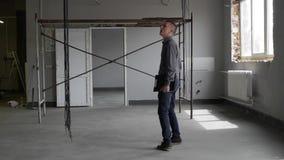 Επιχειρηματίας που μιλά στο τηλέφωνο στο εργοτάξιο οικοδομής φιλμ μικρού μήκους