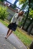 Επιχειρηματίας που μιλά στο τηλέφωνο κυττάρων περπατώντας στο πάρκο Στοκ εικόνες με δικαίωμα ελεύθερης χρήσης
