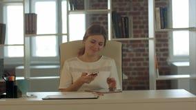 Επιχειρηματίας που μιλά στο τηλέφωνο κυττάρων στο σύγχρονο γραφείο Στοκ Εικόνες