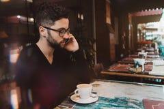 Επιχειρηματίας που μιλά στο τηλέφωνο σε έναν φραγμό οδών Στοκ Φωτογραφίες